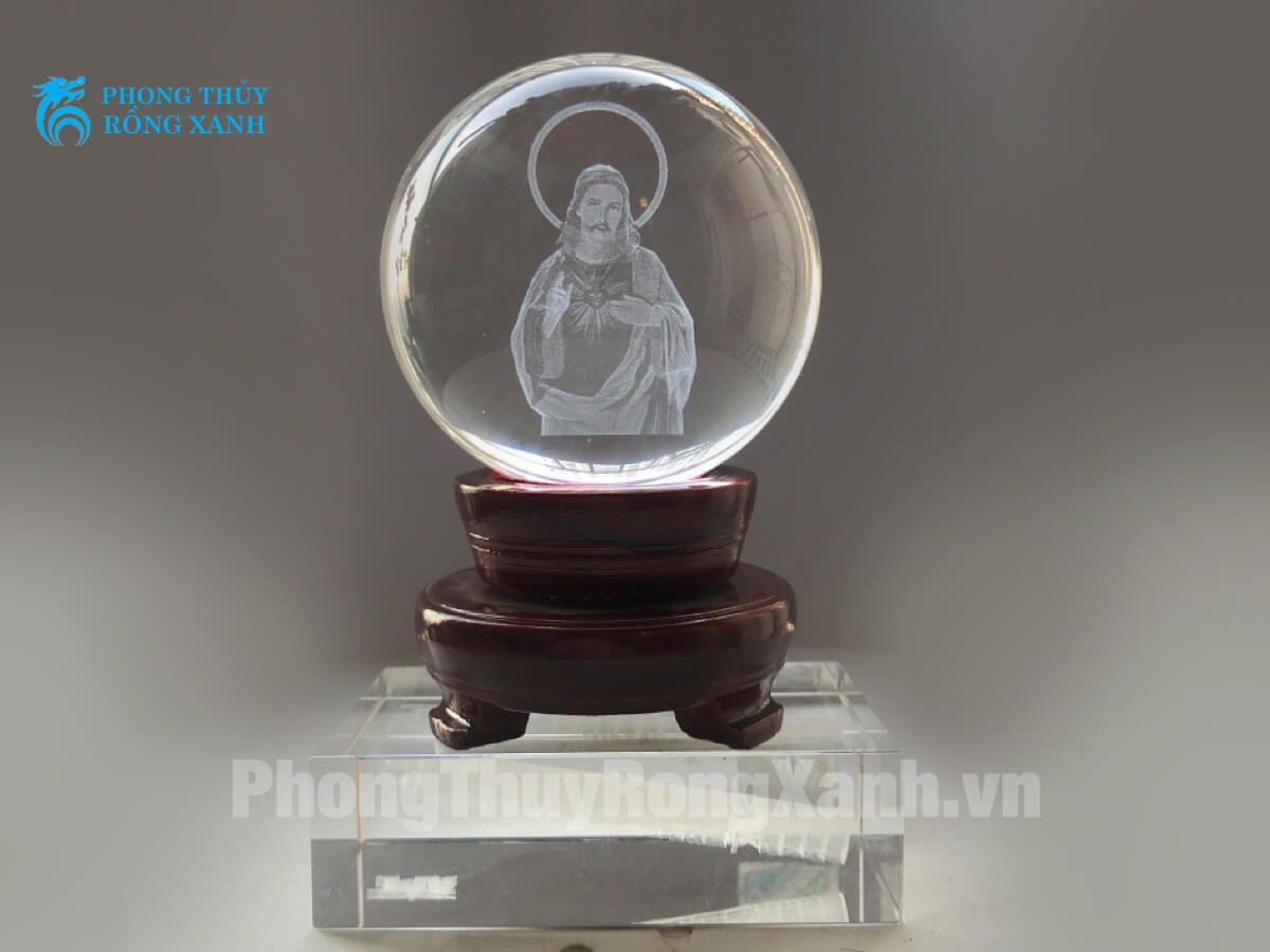 quả cầu pha lê chạm khắc tượng chúa bên trong
